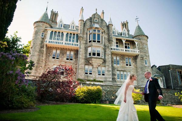12 Castle Wedding Venues - Chateau Rhianfa - Confetti
